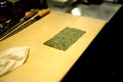 Разложите бамбуковую циновку для суши