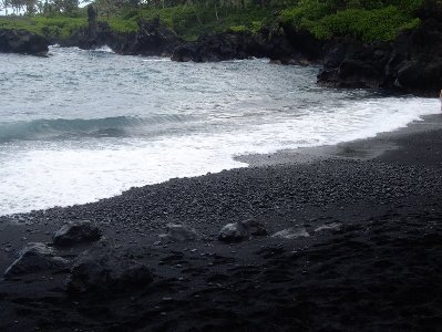 Пляж с черными песками Вайанапанапа, Мауи